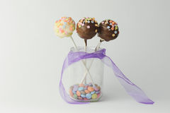 Het roze en de chocoladecake knallen Stock Foto