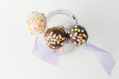 Het roze en de chocoladecake knallen geïsoleerd Royalty-vrije Stock Foto's