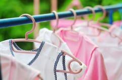 Het roze en gekleurde babywasserij hangen op een drooglijn Royalty-vrije Stock Fotografie