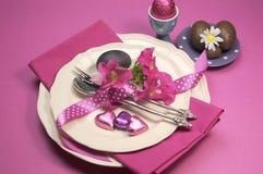 Het roze het dinerlijst van thema Gelukkige Pasen plaatsen Stock Afbeeldingen