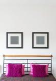 Het roze Hoofdkussen legt op het Bed in de Slaapkamer Vierkant patroon minimalism Stock Foto