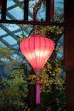Het roze lantaarn hangen in een gazebo stock afbeeldingen