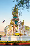 Het roze olifantsstandbeeld bepaalt van dichtbij Groot Paleis of Wat Phra Kaew in Bangkok, Thaiand de plaats royalty-vrije stock afbeelding
