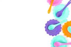 Het roze, purple, aquamarijn, kleurenplaten plaatste op wit geïsoleerd Royalty-vrije Stock Foto