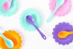Het roze, purple, aquamarijn, kleurenplaten plaatste op wit geïsoleerd Royalty-vrije Stock Foto's