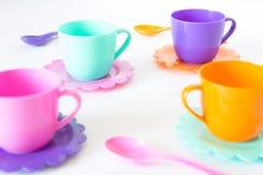 Het roze, purple, aquamarijn, kleurenplaten plaatste op wit geïsoleerd Royalty-vrije Stock Afbeelding