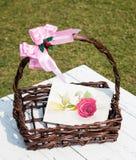 Het roze rozewater schilderen in een mand Royalty-vrije Stock Foto