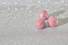Het roze van Kerstmisballen stock afbeelding