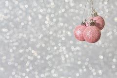 Het roze van Kerstmisballen stock fotografie