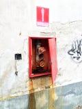 Het ruïneerde muur met brandkraan Stock Afbeeldingen