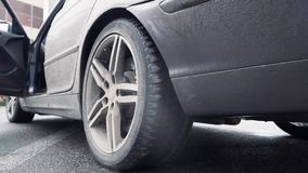 Het rubber van de autorennendoorsmelting van zijn banden als voorbereiding op het ras stock video