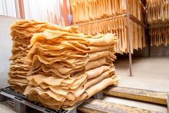Het rubberblad is gemaakt aan rubberblad dat aan de rubberplant moet worden verkocht royalty-vrije stock afbeelding