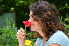 Het ruiken van de bloem Stock Foto