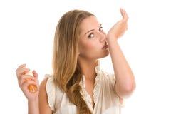 Het ruikende parfum van de vrouw Royalty-vrije Stock Foto
