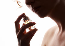 Het ruikende parfum van de vrouw Royalty-vrije Stock Foto's