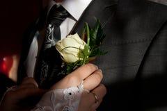 Het ruikertje van het huwelijk op de revers van het jasje van de bruidegom Royalty-vrije Stock Foto's