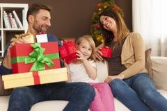Het ruilen van de giften van Kerstmis royalty-vrije stock fotografie