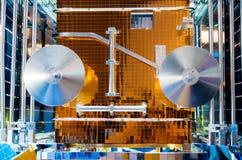 Het ruimte satellietruimteschip met glanzende panelen sluit omhoog Stock Foto