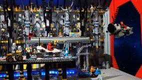Het ruimtevaartuig van de startverkenning van binnenuit het intergalactische schip Model met LEGO-blokken wordt gebouwd dat Stock Afbeeldingen