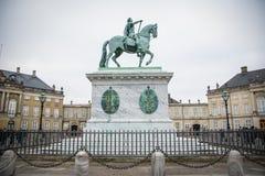 Het ruiterstandbeeld Amalienborg kopenhagen denemarken royalty-vrije stock fotografie