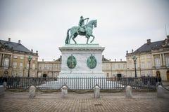 Het ruiterstandbeeld Amalienborg kopenhagen denemarken stock foto's