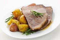 Het rundvlees en de aardappels van het braadstuk Stock Foto
