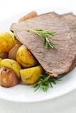 Het rundvlees en de aardappels van het braadstuk Royalty-vrije Stock Foto's