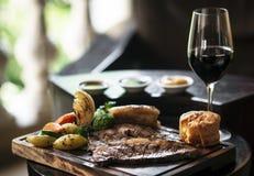 Het rundvlees traditionele Britse die maaltijd van het zondagbraadstuk op lijst wordt geplaatst royalty-vrije stock foto's