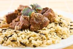 Het rundvlees van het braadstuk met rijst en basilicum Stock Fotografie