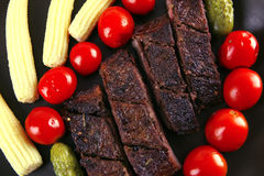 Het rundvlees van het braadstuk met tomaten en korrels Royalty-vrije Stock Afbeelding