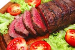 Het rundvlees van het braadstuk op houten plaat Stock Fotografie