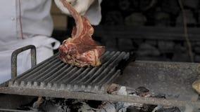 Het rundvleeslapje vlees is gekookt bij de grill met vonken BBQ van de rundvleesrib stock video
