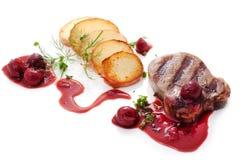 Het rundvleeslapje vlees met brandied kersensaus Stock Afbeeldingen