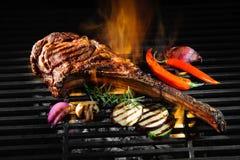 Het rundvleeslapje vlees van de tomahawkrib bij de grill stock foto's