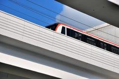 Het runnen van lichte trein in Stad Stock Foto's