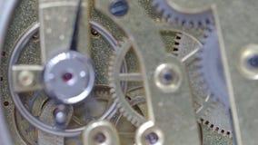 Het runnen van messings mechanisch horloge met nadruk op toestellen op achtergrond stock footage