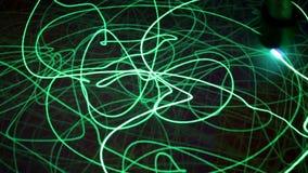 Het runnen van tekenings groene lichtstraal op zwarte achtergrond Wetenschappelijk concept stock videobeelden