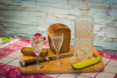 Het Russische brood van de wodkakaraf Stock Fotografie