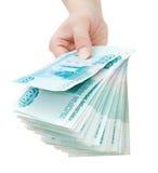 Het Russische geld van de handaanbieding Royalty-vrije Stock Afbeeldingen