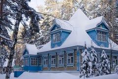 Het Russische huis in de winter Stock Afbeeldingen