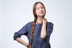 Het Russische meisje met vlechthaar, die met zeker glimlachen en vriendschappelijk kijkt stock afbeeldingen