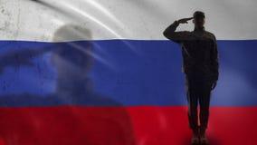 Het Russische militairsilhouet groeten tegen nationale vlag, de defensie van het land stock videobeelden