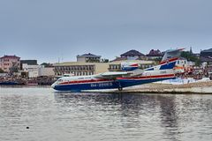 Het Russische multifunctionele amfibievliegtuig Beriev -200ES verzamelt water en treft om van de vlotte oppervlakte op te stijgen stock fotografie