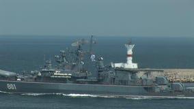 Het Russische oorlogsschip gaat de oefeningen in stock video