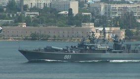 Het Russische oorlogsschip gaat de oefeningen in stock footage