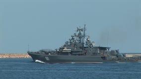 Het Russische oorlogsschip gaat de oefeningen in stock videobeelden