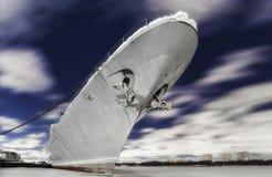 Het Russische oorlogsschip wordt vastgelegd op een bevroren rivier bij nacht royalty-vrije stock afbeelding