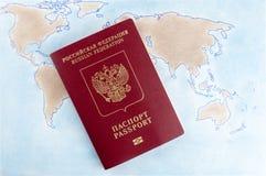 Het Russische paspoort voor het reizen in het buitenland is op de wereldkaart Symboliseert reis, vakantie Stock Afbeeldingen