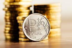 Het Russische roebelmuntstuk en het gouden geld Royalty-vrije Stock Foto's