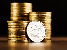 Het Russische roebelmuntstuk en het gouden geld Royalty-vrije Stock Afbeelding